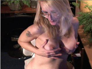 De hete 45 jarige ervaren Emmy wil dat je geil toekijkt als ze met haar natte kut speelt!