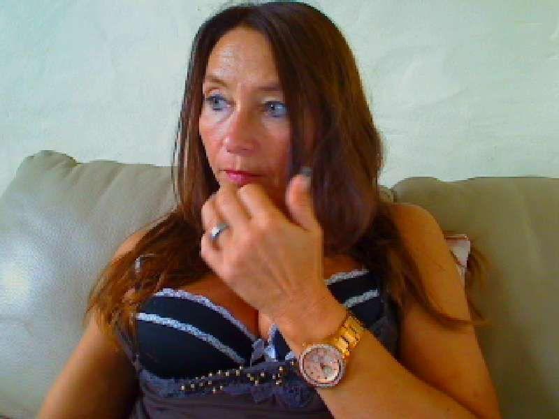 De zwoele 48 jarige mooie ervaren Vlaamse milf 2women wil harde pikken zien!
