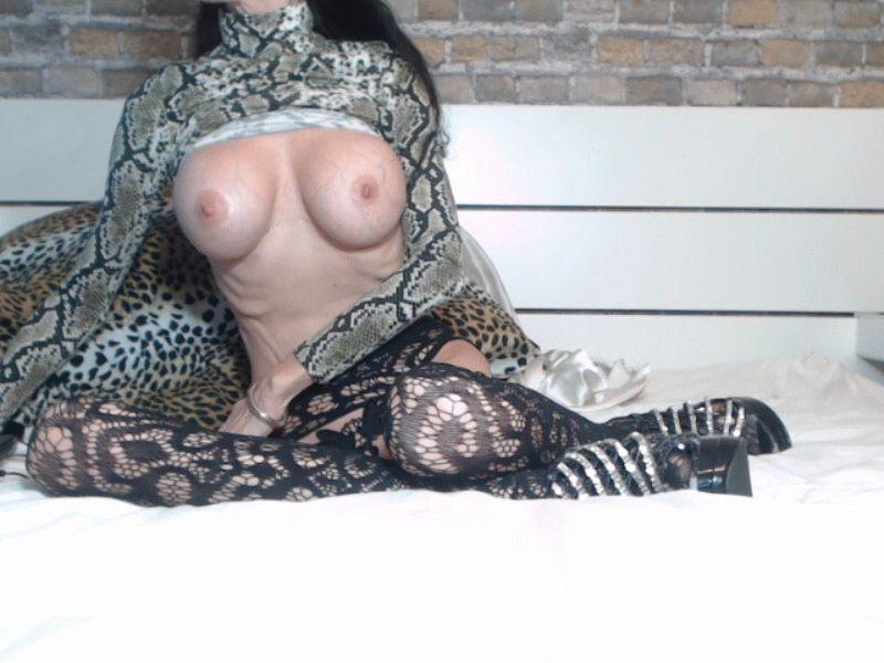 De 40 jarige lekkere huisvrouw Angeil uit Maastricht zoekt mannen om te verwennen.