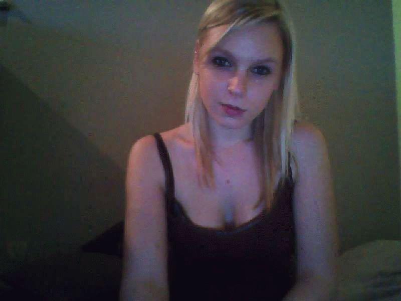 Blondy92 is een hete 20 jarige jonge huisvrouw die heel ondeugend is.