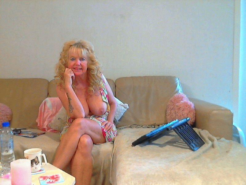 De lekkere 42 jarige milf Datinggirl heeft een heerlijke grote DD Cup.
