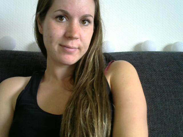 Nu live hete webcamsex met Hollandse amateur  emily92?