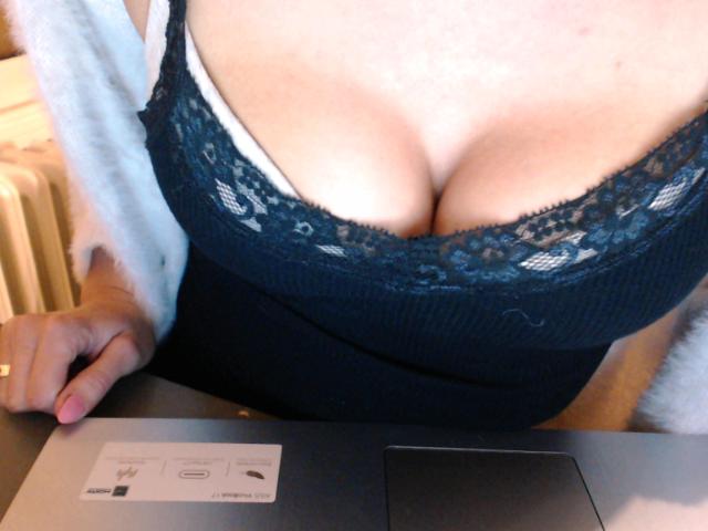Nu live hete webcamsex met Hollandse amateur  feliciax?