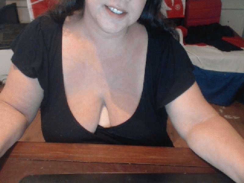 43 jarige lekkere huisvrouw Hotsindy maakt geile dromen waar voor haar webcam.