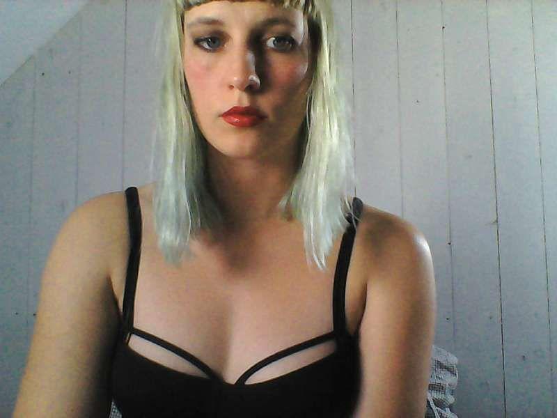 Bloedhete huisvrouw Isobell uit Zuid-Holland verlangt naar sexy kerels voor haar cam.