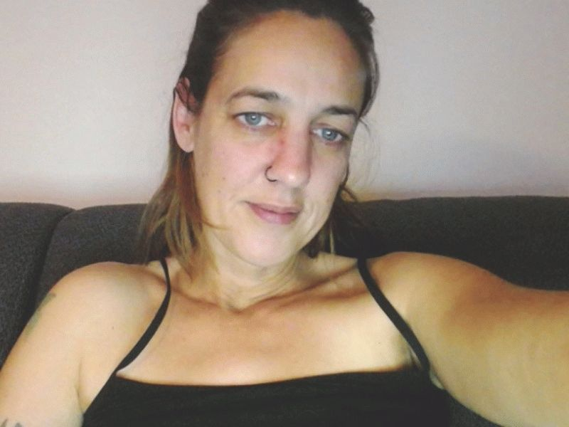 De 32 jarige Jasmin uit Gelderland maakt je helemaal gek van de geile spanning.