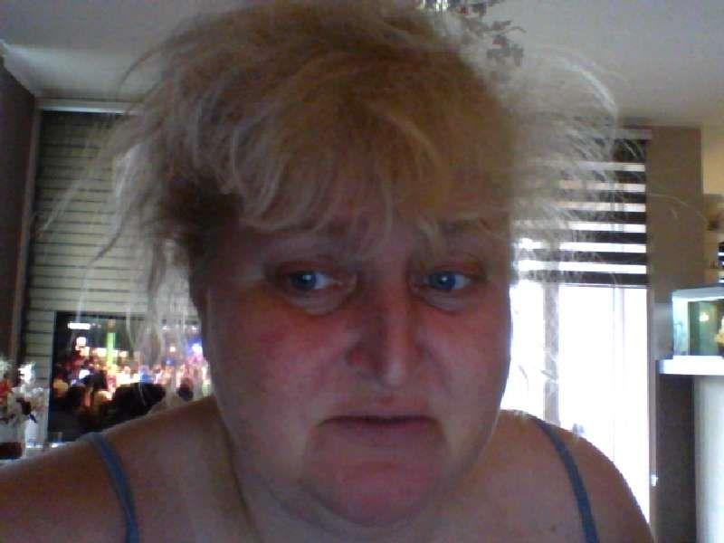 Kalinka is een vuurhete 46 jarige Vlaamse huisvrouw die lekker met zichzelf speelt.