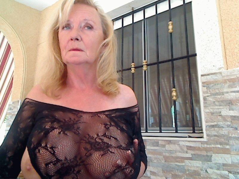 De heerlijke zwoele ervaren milf Kathyklyne weet hoe mannen te verleiden en verwennen.