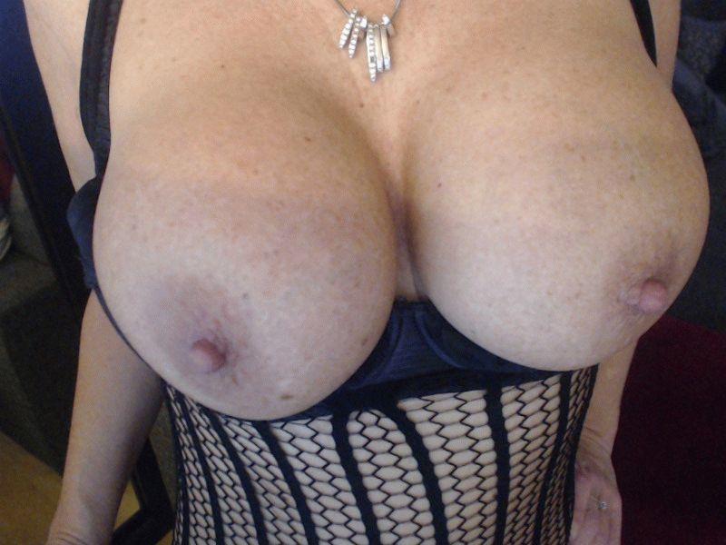 De vurige 34 jarige heerlijke Laracroft komt spuitend klaar voor haar webcam.
