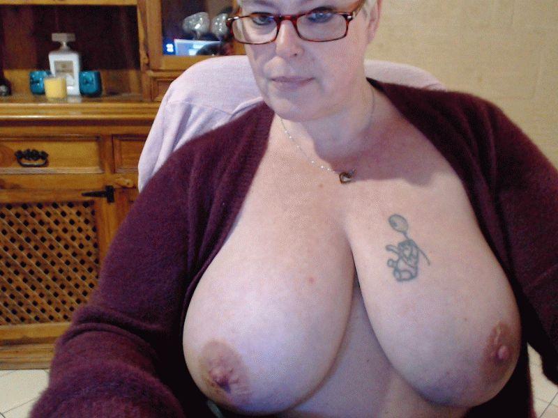 De heerlijk geile 43 jarige ervaren huisvrouw Lindah weet wat mannen willen!
