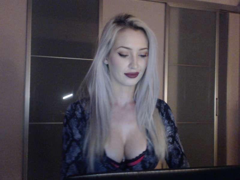 Live sex show met geil meisje met kleine tietjes