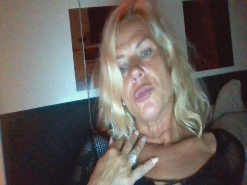 Nu live hete webcamsex met Hollandse amateur  nimfje?