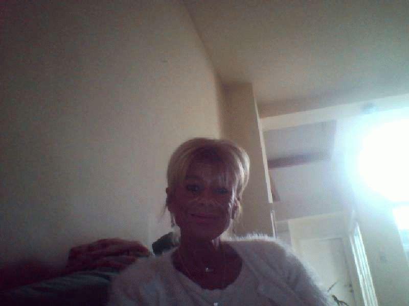 De lekkere rijpe huisvrouw Sabinexx geeft bloedgeile live shows voor haar cam.