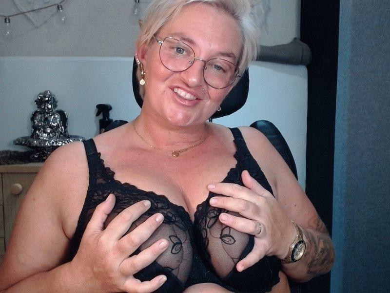 De heerlijk geile 34 jarige Sarahhot wil samen met jou ondeugend zijn voor de cam.