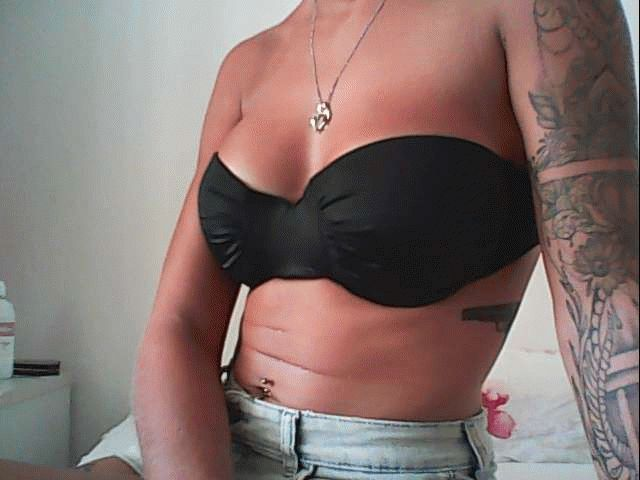 Nu live hete webcamsex met Hollandse amateur  tattoodchick?