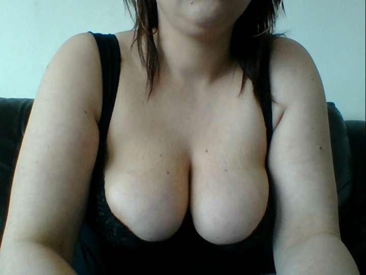 23 jarige huisvrouw Wetmelissa uit Arnhem wacht op jouw geile opdrachten.
