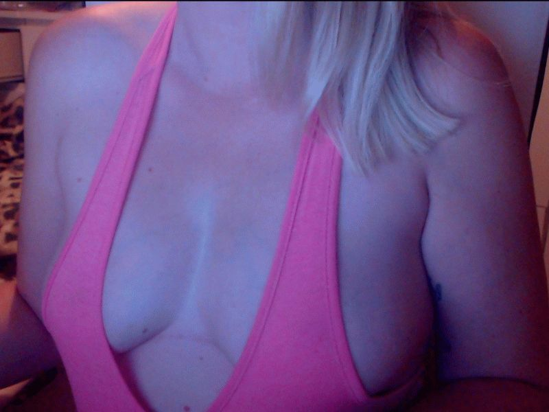 Nu live hete webcamsex met Hollandse amateur leahblue?